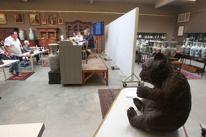 Aziatische kunst verandert van eigenaar in de veilingzaal van Carlo Bonte Auctions.