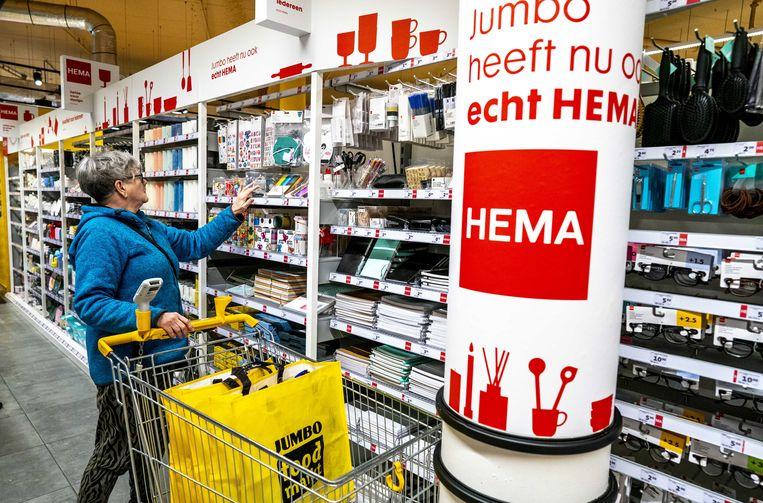 Producten in het Hema-schap in een Jumbo Foodmarkt in Breda.  Beeld ANP, Jerry Lampen