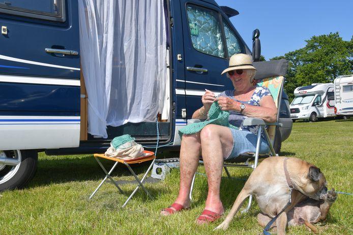 Mieke Mijnders (79 jaar) stapte onlangs met het mooie weer in haar camper en trok samen met boxer Cleo vanuit Dordrecht naar Sas van Gent. Een stekje waar ze al jaren graag komt.