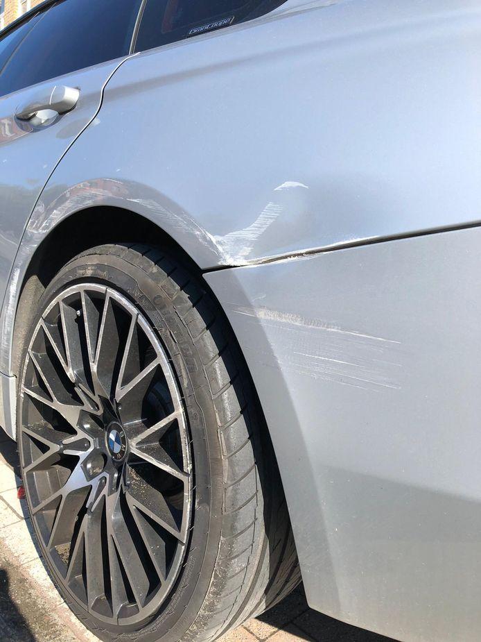 De schade aan de auto van Tina en Nicky van La Gare.