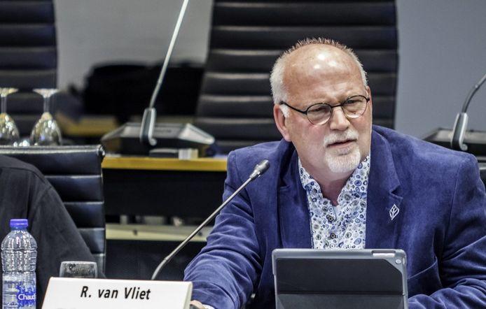 Raadslid Robert van Vliet keert D66 de rug toe.