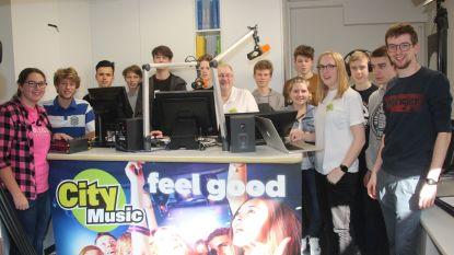VIDEO. Leerlingen Sint-Jozefschool leren radio maken: live uitzending vanuit schoolreceptie