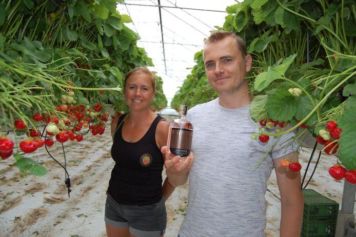 Lieve Mertens en Dries Dauwe met de gin Heerlijkheid die op smaak wordt gebracht met 2de keus aardbeien.
