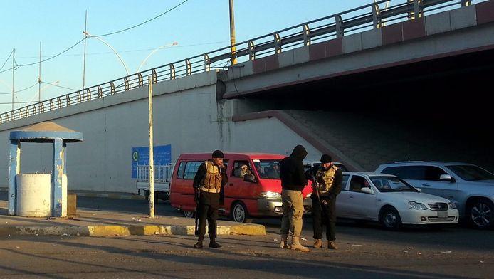 Een lid van IS patrouilleert in de straten van Mosoel.