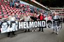 René en Willy van de Kerkhof presenteren met PSV Fans United en voorzitter Frits Bovers in 2012 een nieuwe banner. Rechts Willy van der Kuijlen.