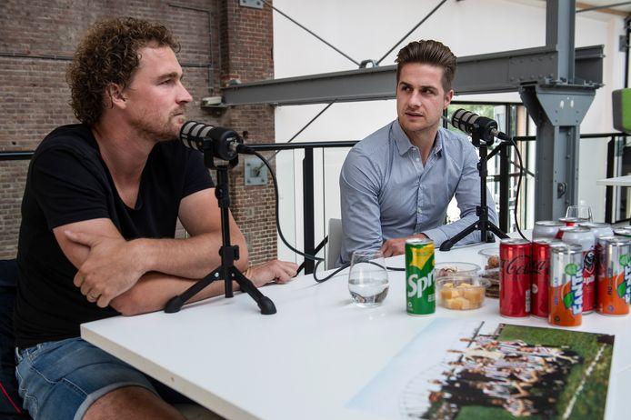 Arjan Swinkels (links) en Jordens Peters tijdens de opname van aflevering 2 van de podcast 'Stoere Kerels'.