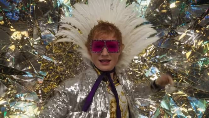 Ed Sheeran goes Elton John in videoclip van zijn gloednieuwe single 'Shivers'