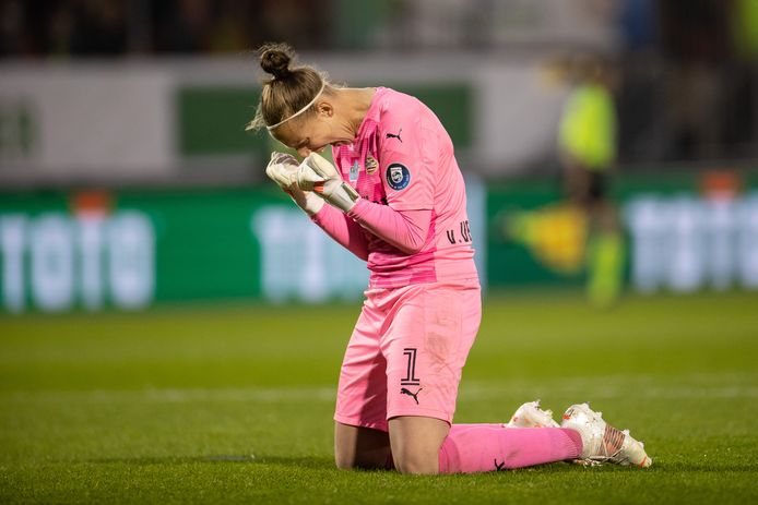 PSV-keepster Sari van Veenendaal viert de bekerwinst.
