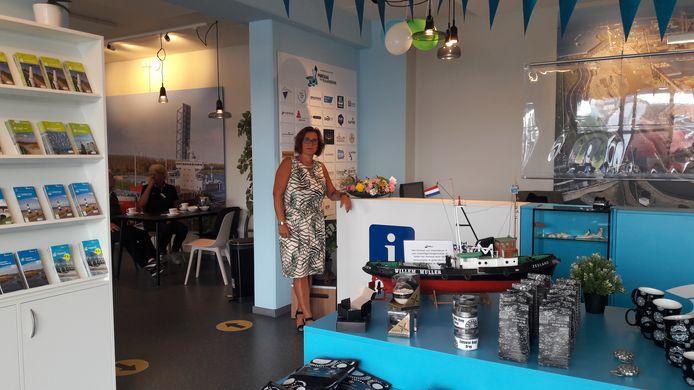 Het nieuwe toeristisch informatiepunt van Terneuzen met medewerkster Jolanda Paulusse, gevestigd in maritiem informatiecentrum Portaal van Vlaanderen.