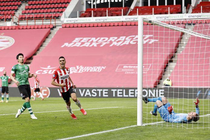 PSV-spits Eran Zahavi viert de 4-0, PEC-keeper Xavier Mous en PEC-verdediger Yuta Nakayama liggen en lopen er verslagen bij.