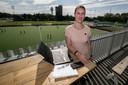 Linda Derksen, op de foto aan het werk bij Oranje-Rood, vertelt over de totstandkoming van het regionale sportkatern.