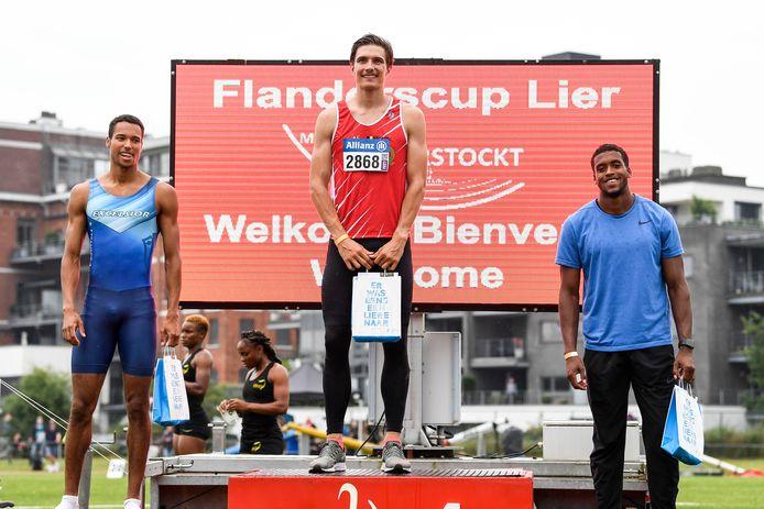 Christian Iguacel (midden) op het podium van de 400m.