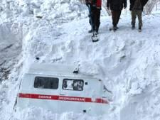 Une ambulance ensevelie par une avalanche en Russie