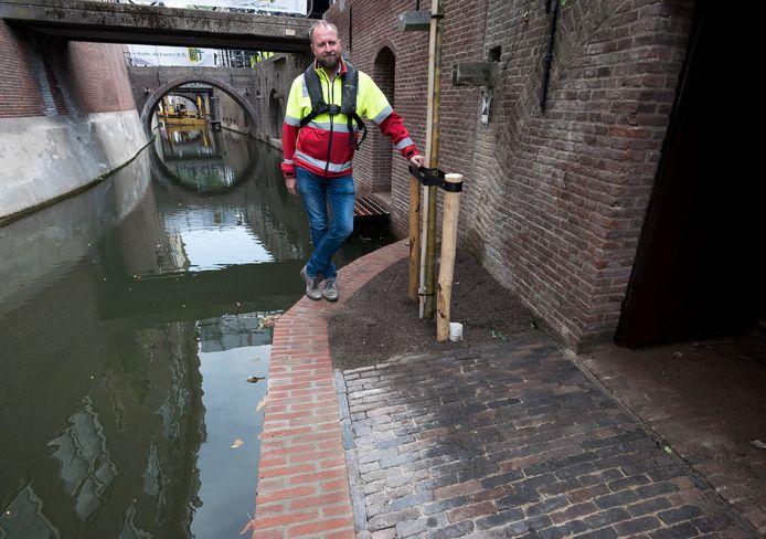 Gerrit Heenck bij de herstelde kluismuur aan de Kromme Nieuwegracht.