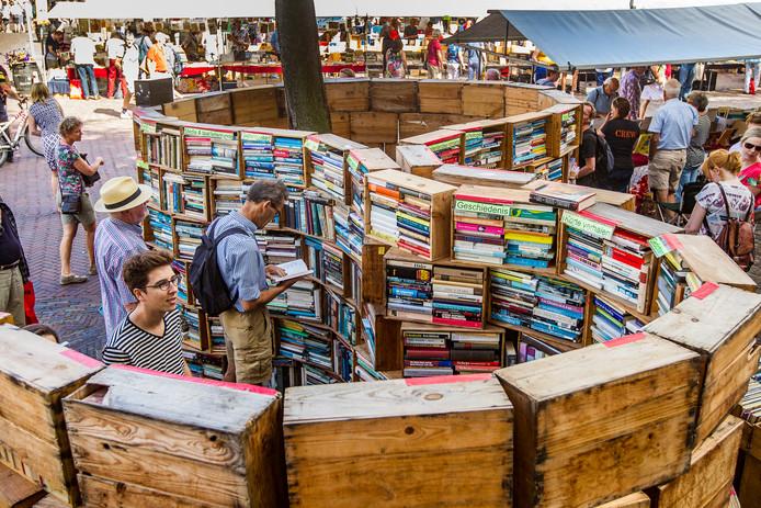 Foto archief. Zes kilometer aan boekenkramen, meer dan 850 kramen en honderdduizenden boeken. Dan is een beetje hulp wel handig. Vijf verkopers over bijzonder werk dat ze speciaal bewaarden voor aanstaande zondag.