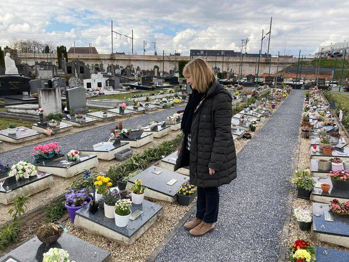 Greet bij het graf van haar zoon Jaro.