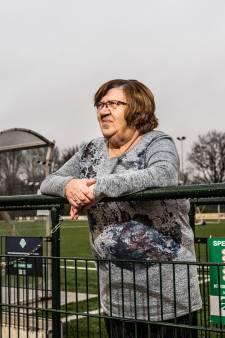 Betsy (73) is onmisbaar voor de mannen van de voetbalfederatie in Arnhem