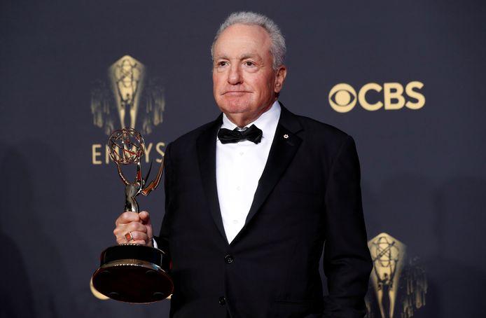 """Lorne Michaels pose avec le prix de la meilleure série de sketches de variétés pour """"Saturday Night Live""""."""