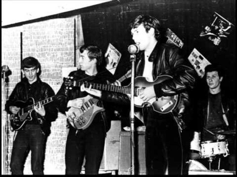 Tony Sheridan, met achter zich George Harrison, John Lennon en Pete Best. Beeld Geen