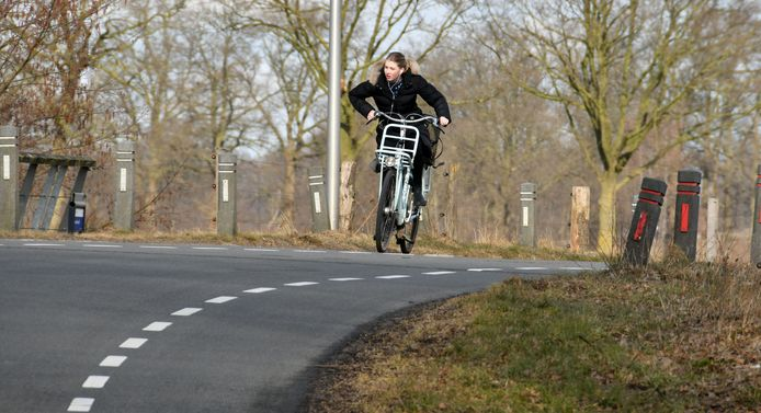 Na jaren discussiëren over een fietspad langs de Ypeloweg bij Enter, lijkt dat nu eindelijk in beeld te komen.