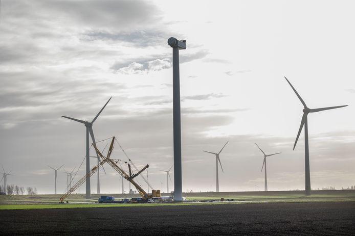 De omstreden windmolens zijn op dit moment in aanbouw.