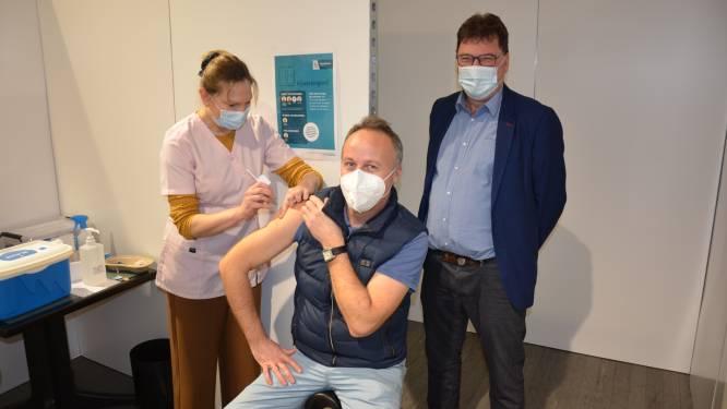 """Eerste prik voor zorgverstrekkers in vaccinatiecentrum Daknamstadion: """"Komt geen moment te vroeg"""""""
