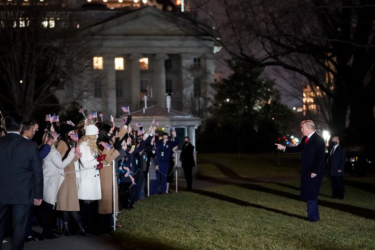 De Amerikaanse president Donald Trump begroet toeschouwers bij het witte huis. Beeld Getty Images