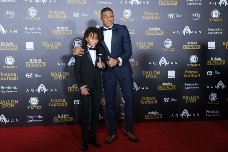 Kylian Mbappé en broertje Ethan tijdens de verkiezing van de Ballon d'or.