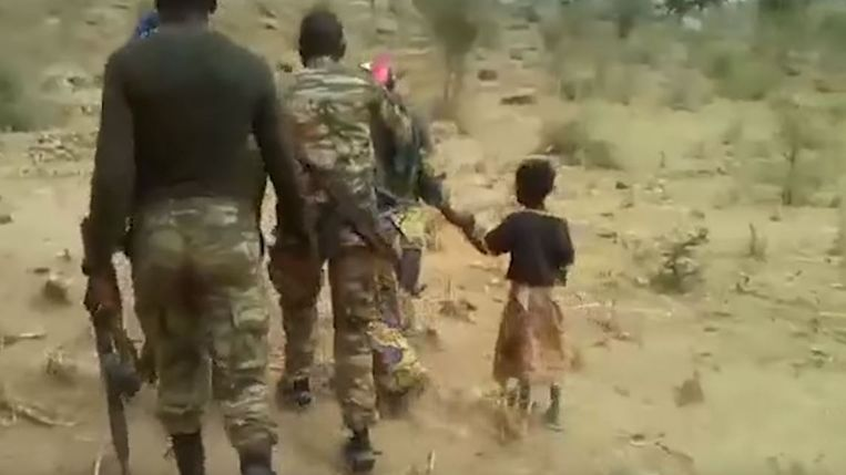 De video toont hoe ook een klein meisje wordt meegenomen, geblinddoekt, en doodgeschoten.