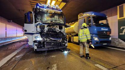 Beverentunnel enkele uren versperd richting Nederland na aanrijding tussen vier vrachtwagens