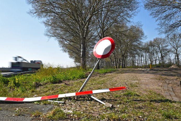 De parkeerplaats Vaartkant langs de A59 bij Waspik wordt aangepakt en opgeruimd.