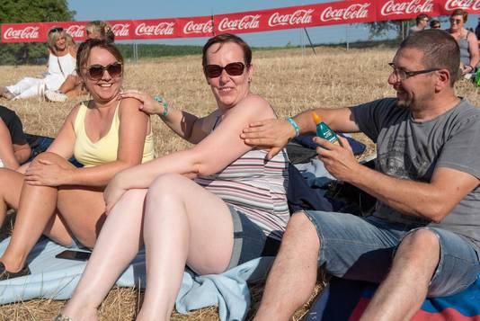 Bij zwoel zomerweer is het smeren geblazen, dat hebben deze festivalgangers goed begrepen.