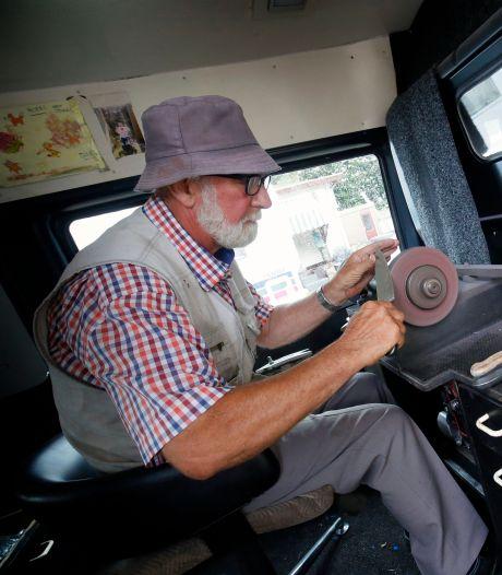 Karel (70) is laatste van drie generaties scharensliepen: 'Wij zijn allemaal langs de weg groot gebracht'