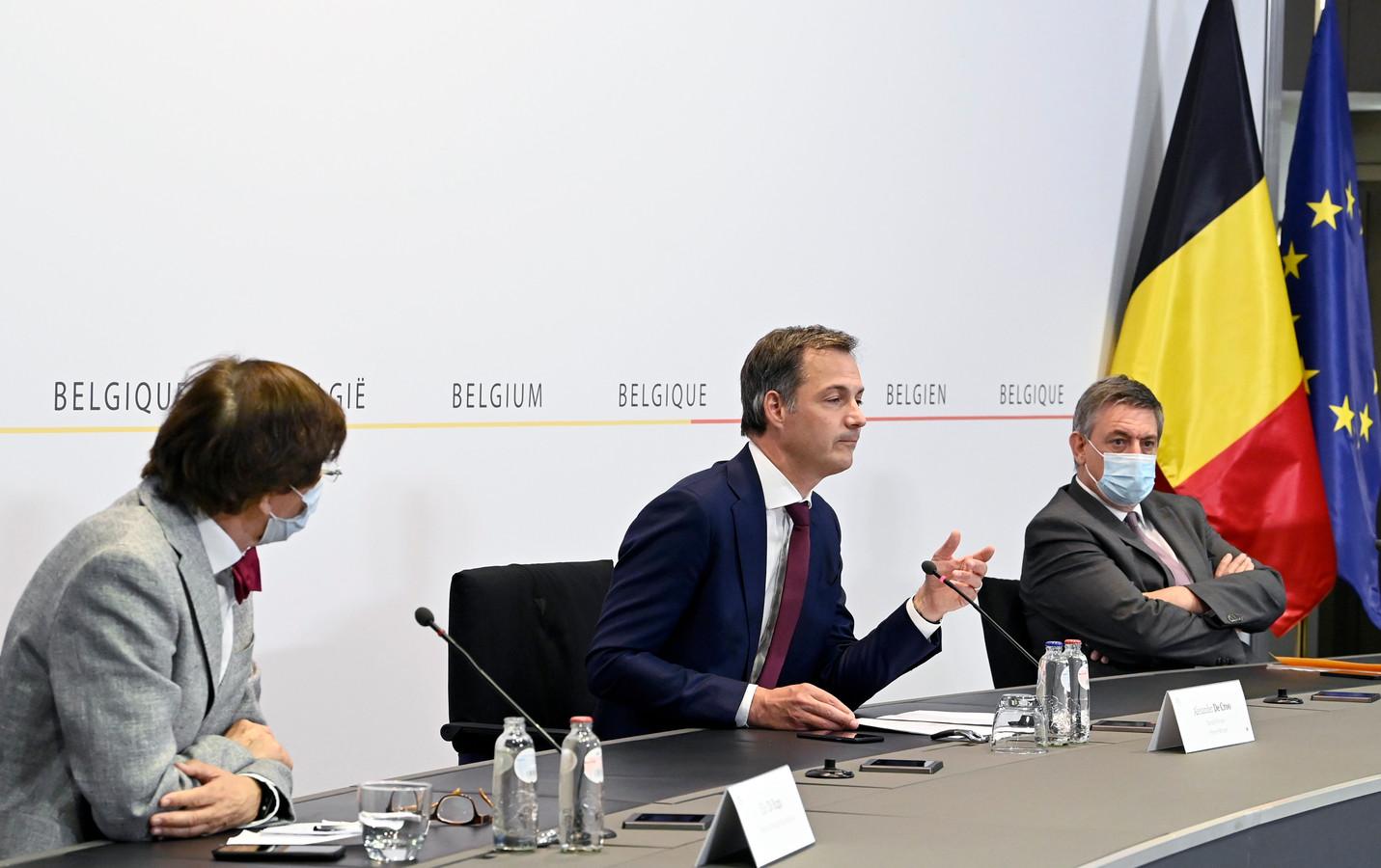 Premier Alexander De Croo (Open Vld, m.) tussen Waals minister-president Elio Di Rupo (PS, l.) en Vlaams minister-president Jan Jambon (N-VA, r.).