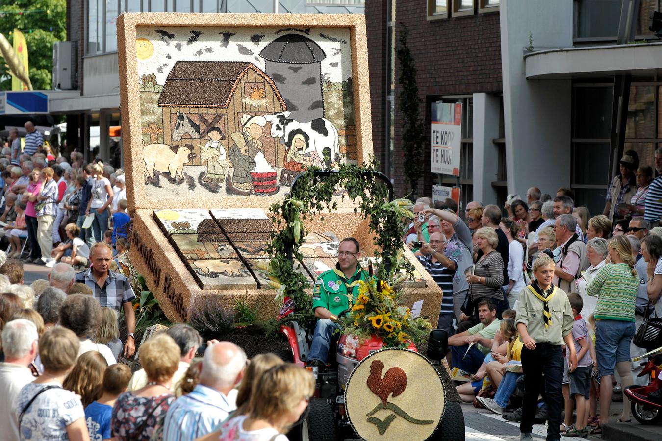 Het oogstcorso, een van de hoogtepunten van het Sallandse oogstfeest Stöppelhaene in Raalte, trekt altijd dikke rijen publiek (archieffoto). Dit onderdeel van de Stöppelhaene gaat in 2021 definitief niet door.