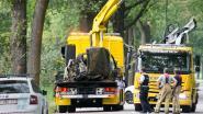 Auto breekt in twee na crash tegen boom, bestuurder (22) overlijdt ter plaatse
