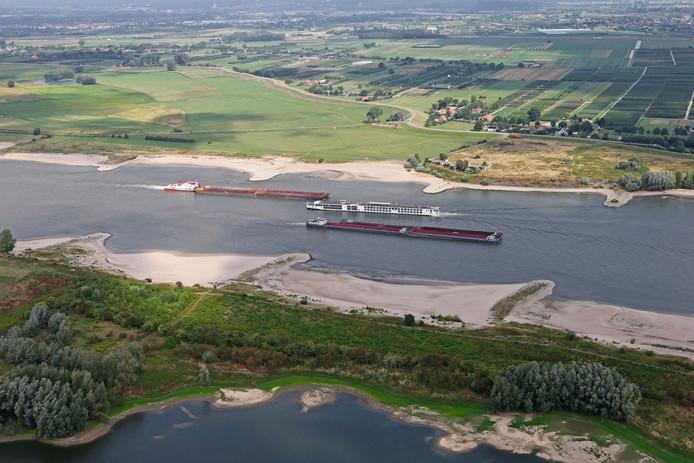 Drukte op de rivier de Waal door laag water.
