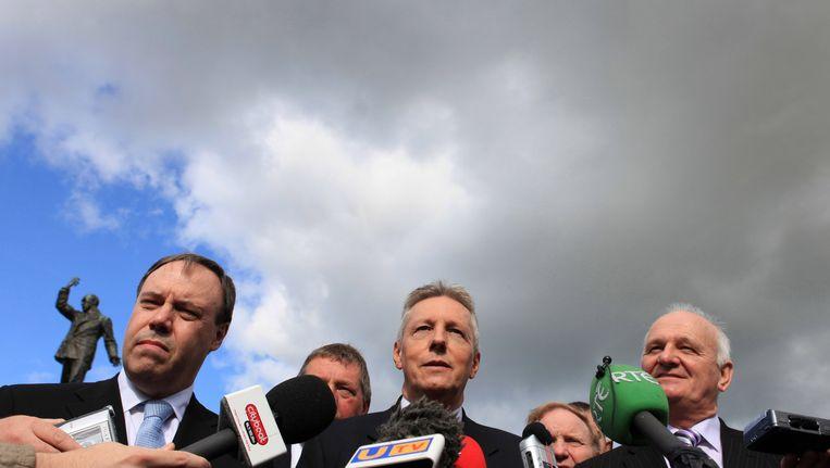 Britse politici praten met de pers. Beeld afp