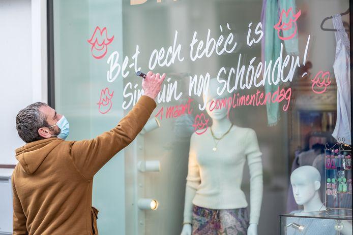 De stad Sint-Truiden viert Complimentendag met lieve, Truiense woorden op de winkelramen in de binnenstad.