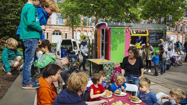 Kinderen voorafgaand aan de start van de vierdaagse maandagavond Beeld Marc Driessen