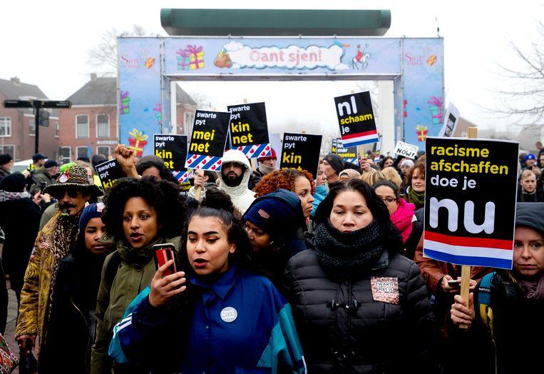 Tegenstanders van Zwarte Piet hebben zich verzameld in Dokkum op 2 december 2017, twee weken na de intocht, om te demonstreren voor vrijheid van meningsuiting en demonstratierecht. Beeld ANP