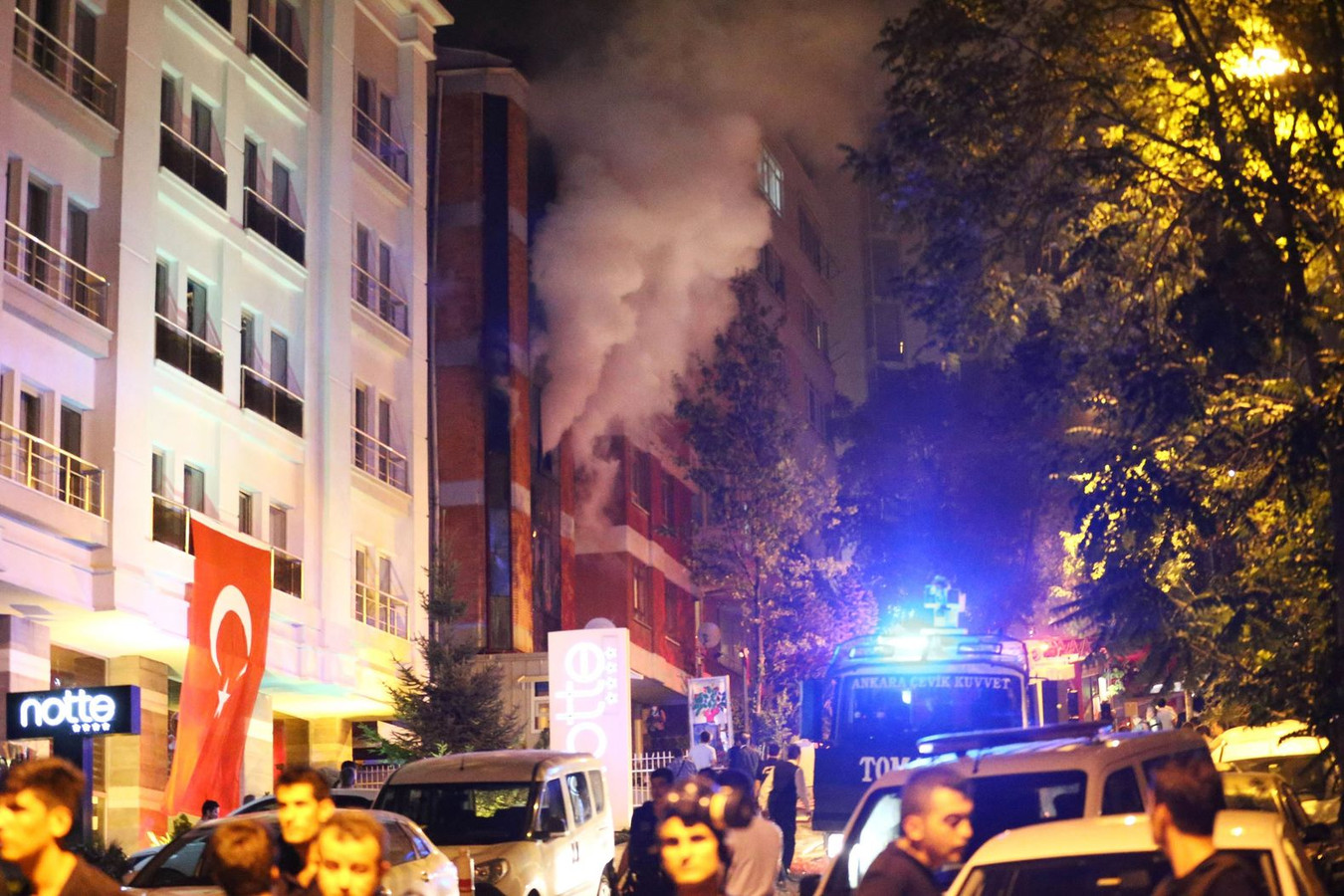 Er komt rook uit het kantoor van de pro-Koerdische partij HDP