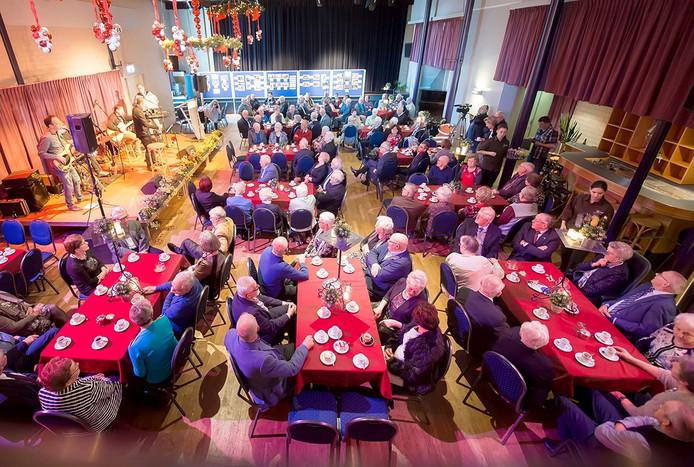 In Zundert worden 109 echtparen gehuldigd die een heleboel jaar zijn getrouwd. Zittend aan tafels genieten ze van live muziek. Foto René Schotanus/Pix4Profs