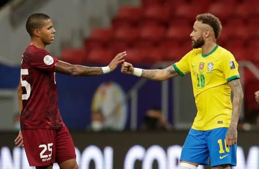 De Braziliaan Neymar (rechts) en Richard Celis van Venezuela begroeten elkaar op gepaste afstand.