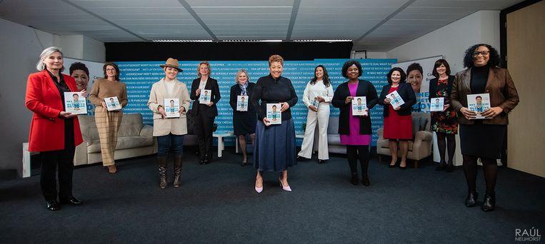 Ondernemer Carmen Breeveld tijdens de presentatie van haar boek 'Het geheim van het old boys network'. Op de foto vrouwen die bijgedragen hebben aan het boek. Beeld Raúl Neijhorst