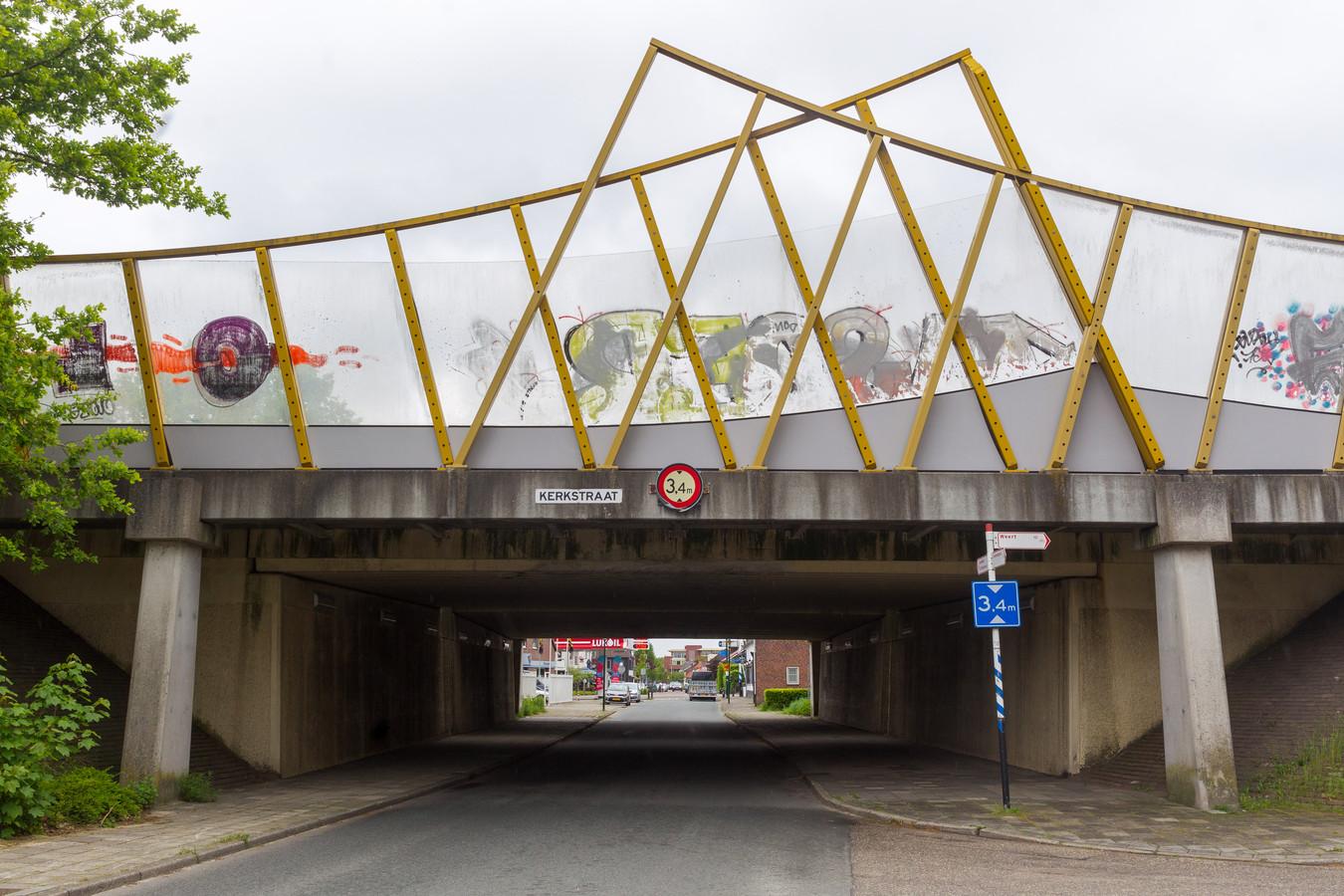 Het viaduct in Maarheeze krijgt een kunstzinnige make-over. Zowel het tunnelgedeelte als de glazen geluidswand wordt aantrekkelijk gemaakt.