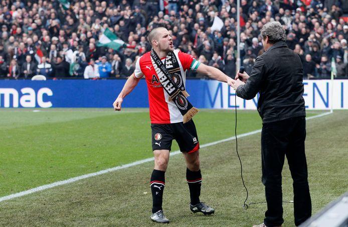 Een iconisch beeld: Ron Vlaar viert feest met de Feyenoord-fans na een thuiszege op Ajax.