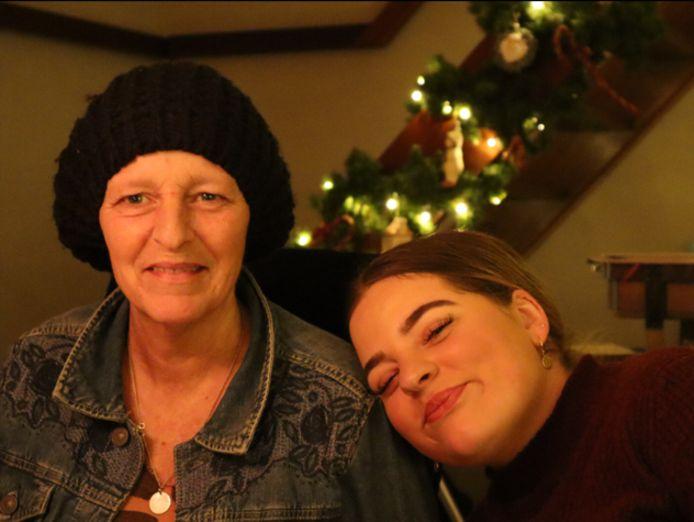 Faith den Herder uit Schiedam met haar moeder Gonnie.