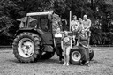 De familie Klein Goldewijk bij de geliefde tractor van hun vader, die de diagnose Alzheimer heeft gekregen.