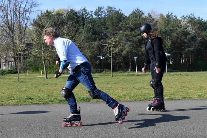 Gerwin Elesen (links) doet de juiste skate-houding voor, Aila Pauly doet de 'mummie'-houding die hij 'helaas' veel ziet op straat.